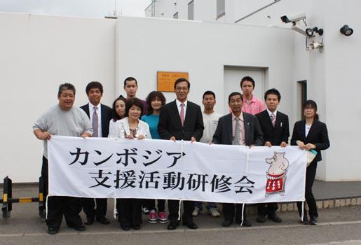 黒木大使と在カンボジア日本大使館前にて